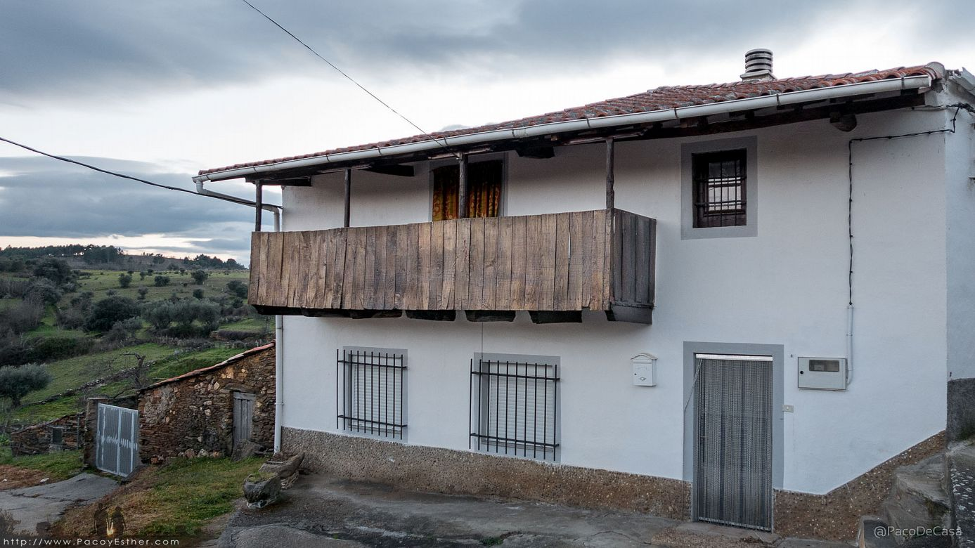 Casas de ladrillo modernas balcones de madera tradicionales for Casas modernas ladrillo